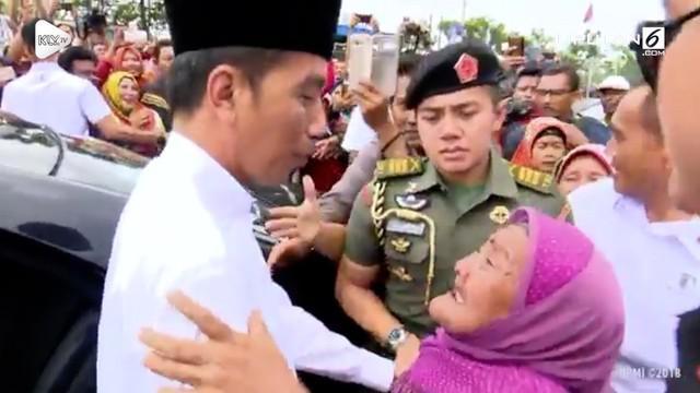 Seorang nenek tua memeluk dan menangis pada Presiden Jokowi di Lamongan, Jawa Timur.