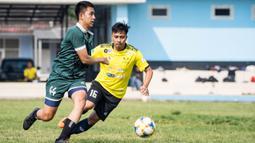 Para pemain beradu cepat saat babak perempat final laga Pertamax Liga Ayo 2019. (Dokumentasi)
