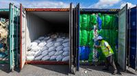 Pejabat Malaysia memeriksa kontainer berisi limbah plastik di Westports, Port Klang, sebelah barat Kuala Lumpur, Selasa (28/5/2019). Malaysia yang menjadi tempat pembuangan limbah plastik dunia mulai mengirim sampah plastik yang tidak dapat didaur ulang ke negara-negara asalnya. (Mohd RASFAN/AFP)