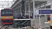 Penumpang KRL Commuter Line menunggu waktu pemberangkatan di Stasiun Jatinegara Jakarta, Minggu (4/8/2019). Listrik padam yang melanda Jakarta dan  sekitarnya mengakibatkan penumpang KRL Commuter Line telantar lantaran kereta berhenti beroperasi. (merdeka.com/Iqbal Nugroho)