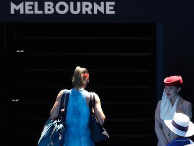 Petenis Rusia Maria Sharapova meninggalkan Rod Laver Arena setelah kalah atas Ashleigh Barty dari Australia pada babak keempat Australia Terbuka 2019 di Melbourne, Australia (20/1). Sharapova kalah 4-6 6-1 6-4. (AP Photo/Aaron Favila)