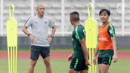 Asisten pelatih Timnas Indonesia U-22, Nova Arianto saat latihan di Stadion Madya, Senayan, Jakarta, Senin (21/1). Latihan kali ini tidak dipimpin Indra Sjafri karena sedang mengikuti lisensi kepelatihan Pro AFC di Spanyol. (Bola.com/M Iqbal Ichsan)