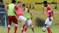 Pemain Semen Padang menjelang uji coba versus PPLP Sumbar, Selasa (16/1/2019) sore di Stadion Haji Agus Salim, Padang. (Bola.com/Arya Sikumbang)