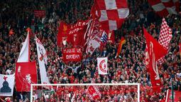 Ribuan Liverpudlian memenuhi stadion Anfield untuk menyaksikan laga penting Liverpool melawan Chelsea dalam laga lanjutan Liga Primer Inggris, Minggu (27/4/2014). (REUTERS/Darren Staples)