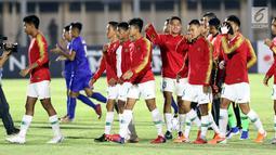 Pemain Timnas Indonesia U-16 bersiap menghadapi Filipina U-16 pada laga kualifikasi Piala AFC U-16 2020 Grup G di Stadion Madya Gelora Bung Karno, Jakarta, Senin (16/9/2019). Indonesia U-16 unggul 4-0. (Liputan6.com/Helmi Fithriansyah)