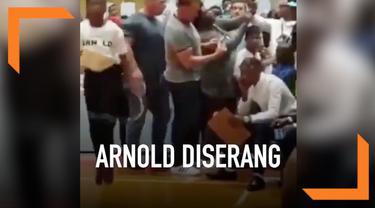Arnold Schwarzenegger mengalami kejadian tidak menyenangkan dalam sebuah acara di Johannesburg, Afrika Selatan. Ia ditendang oleh orang tak dikenal dari belakang.