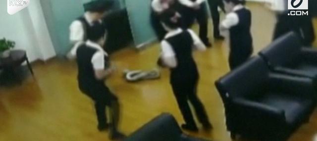 Petugas keamanan segera menghubungi Pusat Perlindungan Satwa Liar untuk melakukan penangkapan ular piton raksasa.