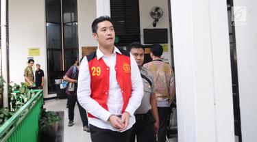 Terdakwa kasus penggguna kokain Richard Muljadi berjalan memasuki ruang sidang di PN Jakarta Selatan, Kamis (28/2). Majelis Hakim memvonis Richard Muljadi  1 tahun 6 bulan dengan dipotong masa tahanan untuk rehablitasi. (Liputan6.com/Herman Zakharia)