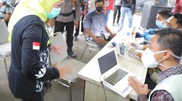 Gubernur Jatim  Khofifah Indar Parawansa meninjau vaksinasi pedagang pasar di Tuban. (Dian Kurniawan/Liputan6.com)