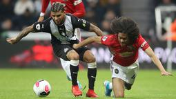 Bek Newcastle United DeAndre Yedlin berebut bola dengan pemain Manchester United, Tahith Chong pada laga pekan kedelapan Premier League, di St James' Park, Minggu (6/10/2019). Manchester United (MU) menelan kekalahan 0-1 dari Newcastle United. (Owen Humphreys/PA via AP)
