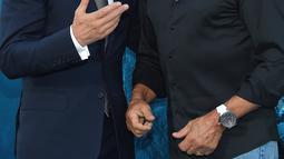 """Aktor Jason Statham berbincang dengan Sylvester Stallone saat menghadiri pemutaran perdana Warner Brothers Pictures """"The Meg"""" di Los Angeles, California, (6/8). The Meg dijadwalkan akan dirilis di AS-China 10 Agustus 2018. (AFP Photo/Lisa O'Connor)"""
