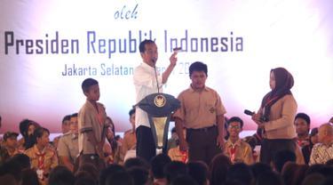 Presiden Joko Widodo (Jokowi) berdialog dengan siswa saat penyerahan Kartu Indonesia Pintar (KIP) di SLB Negeri Pembina, Jakarta, Rabu (6/3). Jokowi membagikan 3.300 KIP untuk pelajar di wilayah Jakarta Selatan. (Liputan6.com/Angga Yuniar)