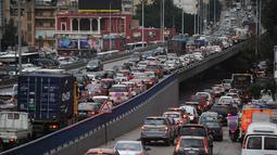 Kondisi lalu lintas kendaraan di Beirut, Lebanon, 30 November 2020. kebijakan karantina wilayah (lockdown) di Lebanon akan dicabut agar dunia usaha dapat mengompensasi kerugian mereka menjelang musim perayaan Natal dan Tahun Baru. (Xinhua/Bilal Jawich)