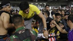 Awalnya Menpora Malaysia, Syed Saddiq Syed Abdul Rahman, ikut berada di tribun penonton bersama Ultras Malaysia untuk memberikan dukungan. (Bola.com/Vitalis Yogi Trisna)