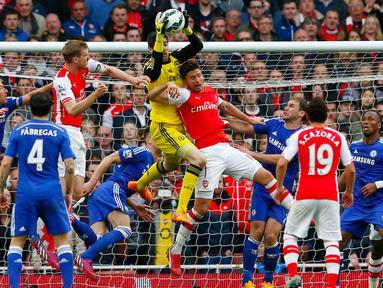 Duel panas terjadi di laga Liga Premier Inggris antara Arsenal dengan Chelsea di Emirates Stadium, Minggu (26/4/2015). Arsenal bermain imbang 0-0 atas Chelsea. (Reuters/Eddie Keogh)