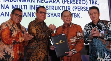 Dirut BTN Maryono (kedua kanan) bersalaman dengan Direktur Utama AP 1 Faik Fahmi (kedua kiri) saat bertukar naskah kerjasama usai  penandatanganan perjanjian kredit korporasi senilai Rp.2 Triliun (non revolfing), Jakarta (18/12). (Liputan6.com/HO/Suryo)