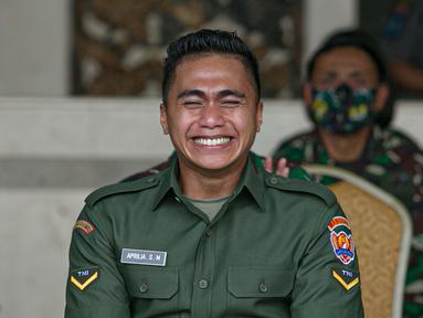 Ekspresi Aprilia Manganang setelah namanya berubah menjadi Aprilio Perkasa Manganang di Mabes AD, Jakarta, Jumat (19/3/2021). PN Tondano resmi mengabulkan permohonan pengubahan nama Aprilia Manganang menjadi Aprilio Perkasa Manganang. (Liputan6.com/Faizal Fanani)
