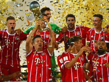 Para pemain Bayern Munchen merayakan gelar Piala Super Jerman usai mengalahkan Dortmund di Stadion Signal Iduna Park, Dortmund, Sabtu (5/8/2017). Bayern Munchen menang adu penalti 5-4 atas Dortmund. (AFP/Patrik Stollarz)