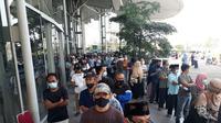 Antrean warga untuk mengikuti vaksinasi massal Covid-19 di ICE BSD Tangerang. (Liputan6.com/Pramita Tristiawati)