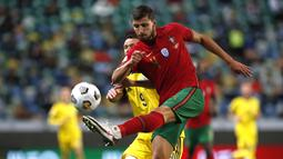 Pemain Portugal, Ruben Dias, berebut bola dengan pemain Swedia, Marcus Berg, pada laga UEFA Nations League di Stadion Jose Alvalade, Kamis (15/10/2020). Portugal menang dengan skor 3-0. (AP Photo/Armando Franca)
