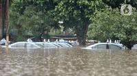 Kondisi taksi saat terendam banjir di Pool Blue Bird, Kramat Jati, Jakarta Timur, Rabu (1/1/2020). Banjir yang terjadi akibat hujan deras yang mengguyur Jakarta dan sekitarnya menyebabkan puluhan taksi dan belasan mobil terendam sejak pukul 04.00 WIB. (merdeka.com/Iqbal S. Nugroho)