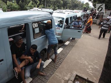 Sejumlah sopir angkot Tanah Abang melakukan aksi dengan memarkirkan angkotnya di depan Balai Kota DKI Jakarta, Rabu (31/1). Dalam aksinya mereka menolak penutupan Jalan Jatibaru. (Liputan6.com/Arya Manggala)
