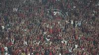 Suporter Timnas Indonesia memberikan dukungan saat melawan Jepang pada laga Piala AFC U-19 di SUGBK, Jakarta, Minggu (28/10). Indonesia 0-2 dari Jepang. (Bola.com/Vitalis Yogi Trisna)