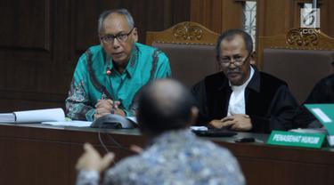Terdakwa perintangan penyidikan korupsi E-KTP, Bimanesh Sutarjo (kiri) menyimak keterangan saksi pada sidang lanjutan di Pengadilan Tipikor, Jakarta, Jumat (26/5). Sidang mendengar keterangan saksi ahli. (Liputan6.com/Helmi Fithriansyah)