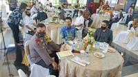 Kapolda Jatim Irjen Pol M Fadil Imran bersama Wakil Gubernur (Wagub) Jatim, Emil Elistiano Dardak saat menghadiri pertemuan survei. (Foto: Liputan6.com/Dian Kurniawan)
