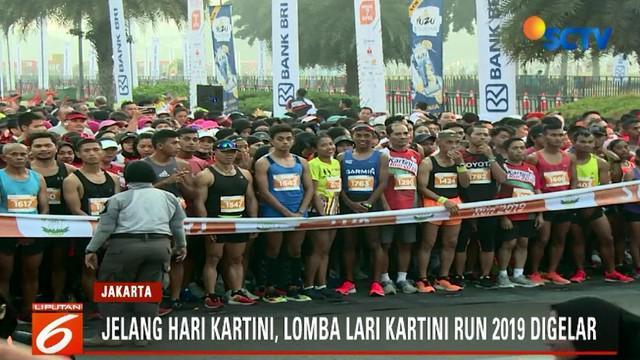 Menariknya, dalam lomba lari ini para peserta banyak yang mengenakan kostum unik sebagai bentuk kecintaan mereka terhadap kearifan lokal.