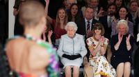 Ratu Elizabeth II melihat peragaan busana dari perancang Inggris Richard Quinn dalam ajang London Fashion Week's BFC Show Space di London tengah, Inggris, 20 Februari 2018. (Yui Mok/AFP)