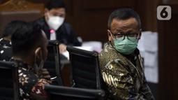 Terdakwa suap izin ekspor benih lobster tahun 2020, Edhy Prabowo (kanan) saat sidang pembacaan tuntutan di Pengadilan Tipikor Jakarta, Selasa (29/6/2021). Mantan Menteri Kelautan dan Perikanan, Edhy Prabowo dituntut lima tahun penjara dan denda Rp 400 juta. (Liputan6.com/Helmi Fithriansyah)