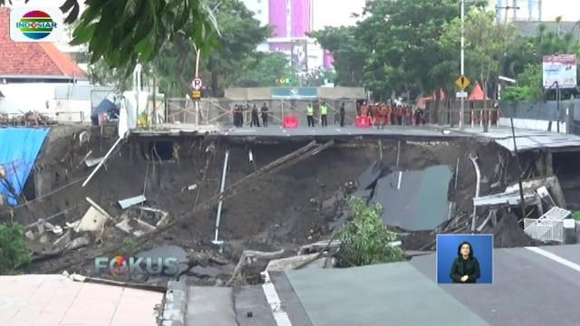 Tim geologi masih memetakan Jalan Raya Gubeng dari permukaan untuk dapat menyimpulkan penyebab utama amblesnya jalan.