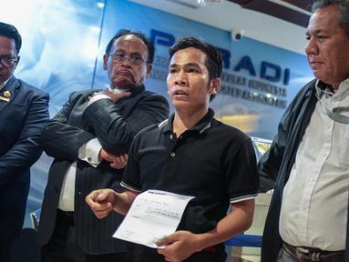 Mantan terpidana mati kasus pembunuhan Yusman Telaumbanua (kedua kiri) memberi keterangan usai pertemuan tertutup dengan pihak kontras terkait pelaporan mantan penasihat hukum Yusman di Kantor Peradi, Jakarta, Rabu (21/11).  (Liputan6.com/Faizal Fanani)