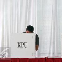 Warga menggunakan hak pilihnya pada Pilkada DKI Jakarta putaran 2 di TPS 027 Kebagusan, Jakarta, Rabu (19/4). (Liputan6.com/Helmi Fithriansyah)