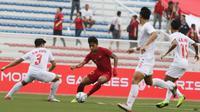 Striker Timnas Indonesia U-22, Osvaldo Haay, mengontrol bola saat melawan Myanmar U-22 di di Stadion Rizal Memorial, Manila, Sabtu (7/12). Indonesia menang 4-2 atas Myanmar. (M Iqbal Ichsan)
