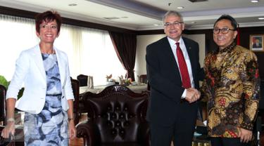 Ketua MPR Zulkifli Hasan (kanan) bersalaman dengan Ketua Senat Swiss Claude Heche saat kunjungannya ke Kompleks Parlemen Senayan, Jakarta, (18/11/2015). Pertemuan membahas hubungan antara Indonesia-Swiss.(Liputan6.com/JohanTallo)