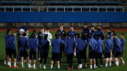 Pemain Real Madrid mendengarkan intruksi Zidane saat sesi latihan jelang Final Piala Dunia Antar Klub di Yokohama, Jepang  (17/12). Madrid berhasil lolos ke final setelah menyingkirkan juara Concacaf Club America dari Meksiko. (REUTERS / Toru Hanai)