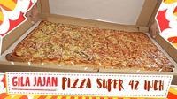 Bosan dengan jajanan yang itu-itu saja? Yuk kita intip jajanan istimewa, Pizza sepanjang 1 meter atau 42 inch di daerah Tanggerang Selatan. (Foto: Kokiku Tv)