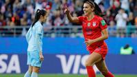 Striker Amerika Serikat, Alex Morgan, merayakan gol yang dicetaknya ke gawang Thailand pada laga Piala Dunia Wanita 2019 di Stadion Auguste-Delaune, Reims, Selasa (11/6). (AFP/Thomas Samson)