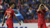 Pemain Timnas Indonesia lesu setelah kalah 2-4 dari Thailand, Sabtu (17/11/2018) di Stadion Rajamangala, Bangkok. (Bola.com/Muhammad Iqbal Ichsan)