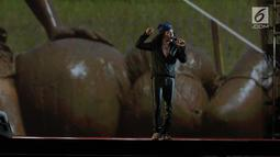 Penampilan vokalis Slank saat membawakan lagu Pak Tani, Mars Slankers, dan Maju Terus Pantang Mundur pada Konser Pancasila Gemilang di JCC, Jakarta, Selasa (22/08). Lagu tersebut menggambarkan Sila Kelima Pancasila. (Liputan6.com/Herman Zakharia)