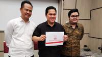 Erick Thohir (tengah) menunjukkan proposal yang dibuatnya sebagai calon investor Persis Solo. (Bola.com/Vincentius Atmaja)