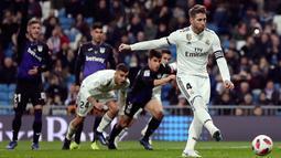 Bek Real Madrid, Sergio Ramos menendang penalti ke gawang Leganes dalam laga Copa del Rey di Santiago Bernabeu, Madrid, Spanyol, Rabu (9/1). Real Madrid mengalahkan Leganes 3-0. (AP Photo/Manu Fernandez)