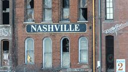 Polisi menutup area yang rusak akibat ledakan di pusat kota Nashville, Tennessee, Amerika Serikat, Jumat (25/12/2020). Saat meledak kota tersebut sebagian besar sepi karena masih dini hari dan merupakan libur Hari Raya Natal. (Terry Wyatt/Getty Images/AFP)