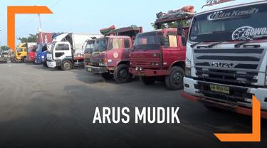 Polres Jombang, Jawa Timur mengandangkan 70 truk yang melanggar ketentuan operasional selama arus mudik 2019.