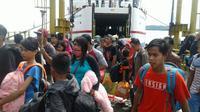 Pemudik yang baru saja turun dari Kapal fery di Pelabuhan Penyebrangan Simboro Mamuju