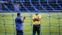 Pelatih Bali United, Stefano Cugurra, saat berbincang dengan Sekretaris Umum klub, Michael Gerald, di Lapangan Karya Manunggal, Sidakarya, Denpasar. (Bola.com/Maheswara Putra
