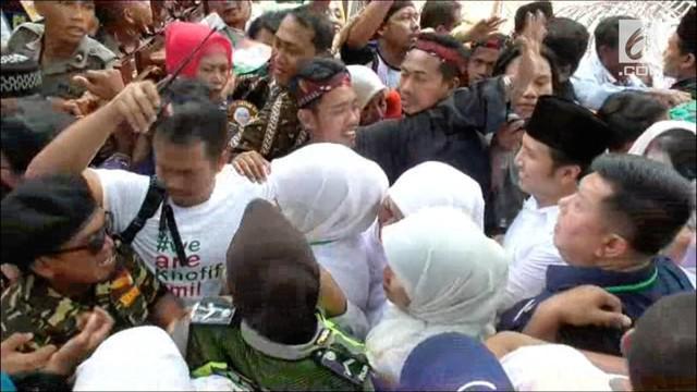 Iring-iringan massa pendukung pasangan Cagub dan Cawagub pasangan Khofifah-Emil diwarnai kericuhan. Massa pendukung tidak bisa memasuki Kantor KPUD Jawa Timur. Terjadi dorong-dorongan di depan pintu gerbang kantor KPUD Jatim.