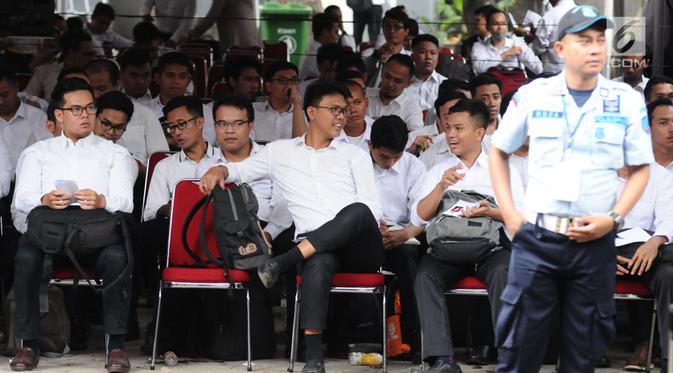 Peserta tes seleksi CPNS Kemenkumham menanti waktu pengecekan keabsahan administrasi di gedung BKN, Jakarta, Senin (11/9). Pada 2017, tercatat 1.116.138 pelamar CPNS mendaftar di lingkungan Kemenkumham. (Liputan6.com/Helmi Fithriansyah)
